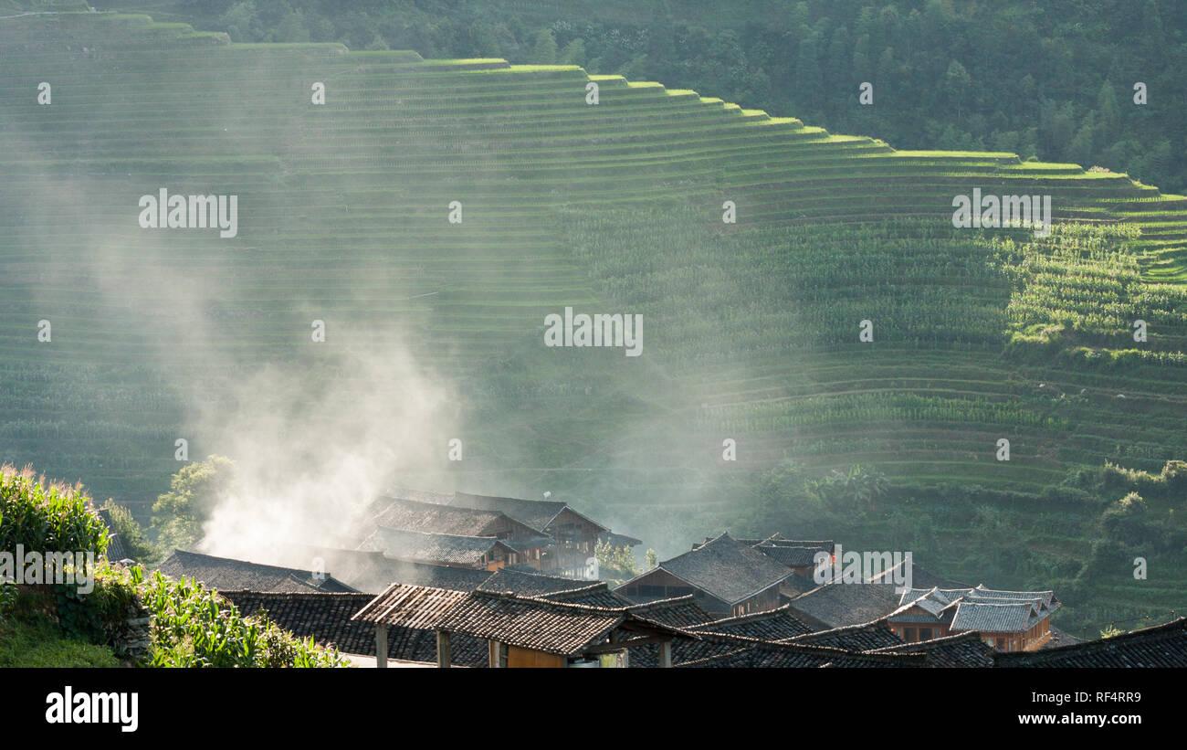 Les toits et les terrasses de riz en fumée Chine paysage Photo Stock