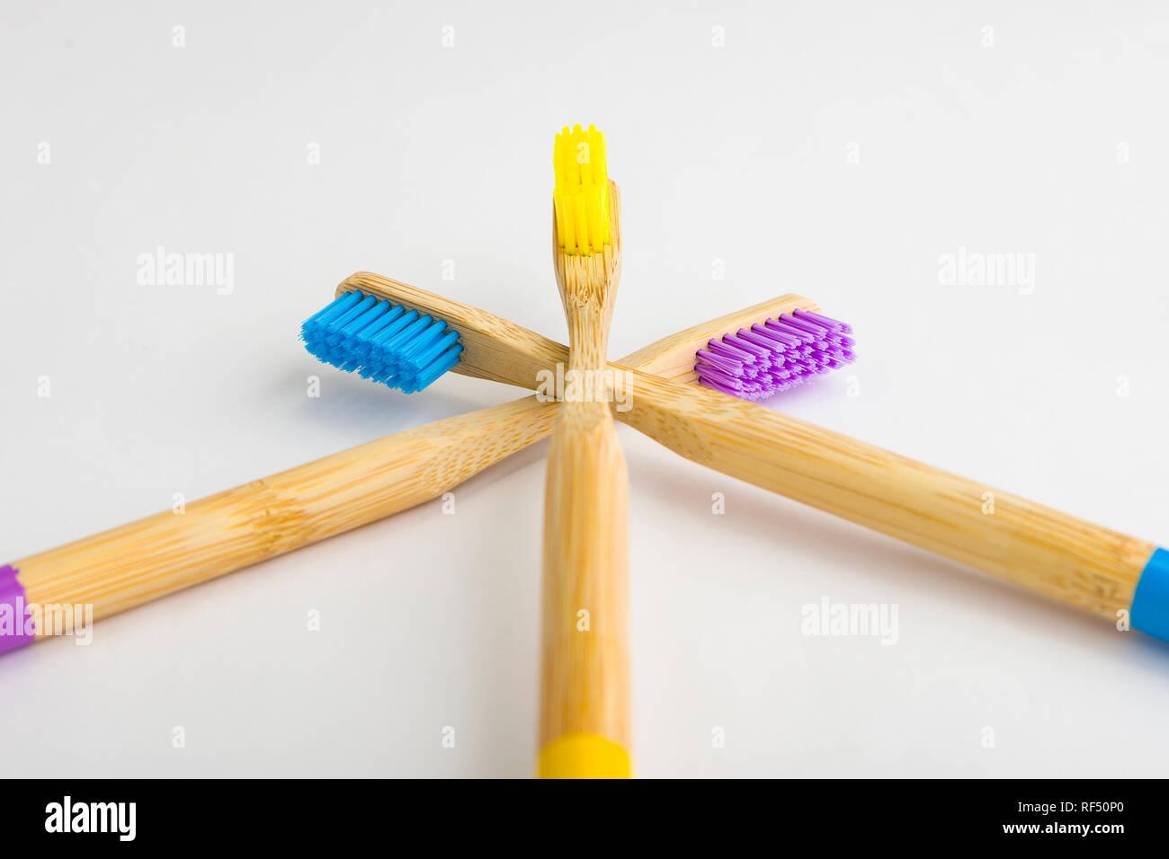 La guerre sur le plastique a commencé et des brosses à dents en bambou sont l'un de ces produits augmentent dans la popularité pour c'est eco friendly l'innovation pour un produit d'usage courant Photo Stock