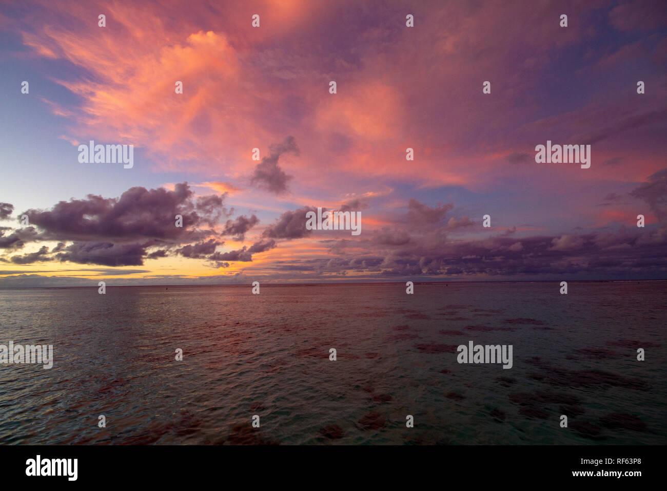 Coucher de soleil à couper le souffle à Moorea, Polynésie Française Photo Stock