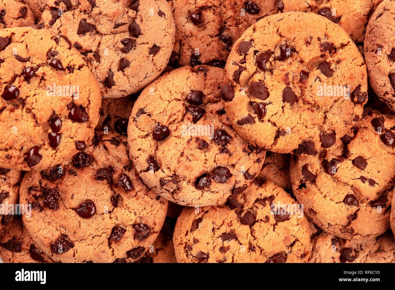 Bon nombre des petits biscuits aux pépites de chocolat, tourné par le haut sur le blanc, une texture abstraite biscuits sucrés Banque D'Images