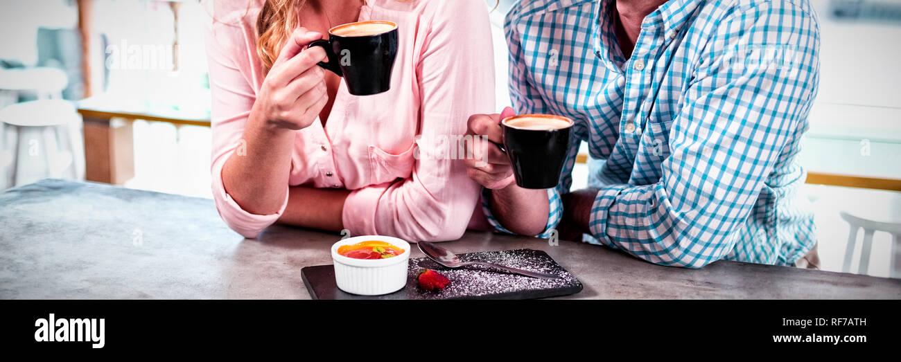 Couple heureux avoir tasse de café Banque D'Images