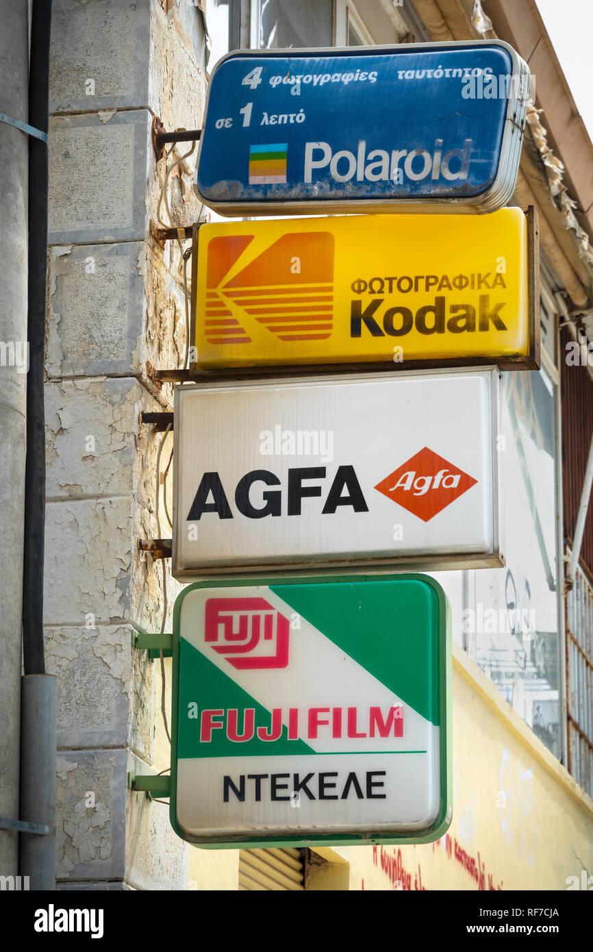 Ancienne publicité signe une variété de films photographiques au-dessus d'une boutique de photographes à Kalamata, Messénie, Sud du Péloponnèse, Grèce. Photo Stock