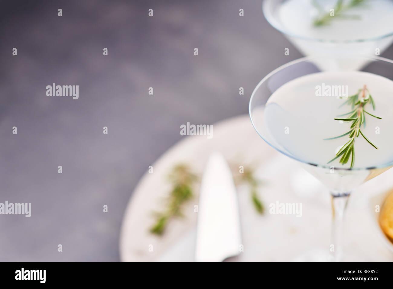 Boisson d'été. D'été rafraîchissante margarita cocktail sans alcool de romarin et d'agrumes ou pétillant de gin et de limonade sur table béton foncé. Cop Banque D'Images