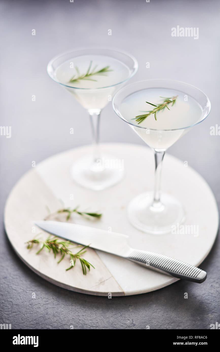 Boisson d'été. D'été rafraîchissant cocktail sans alcool avec le romarin ou pétillant de gin et de limonade sur en plat de service sur table béton foncé. Copie Banque D'Images