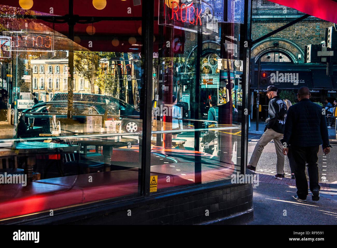 Colourfull/colourfull street life reflétée dans les bâtiments sous windows Banque D'Images