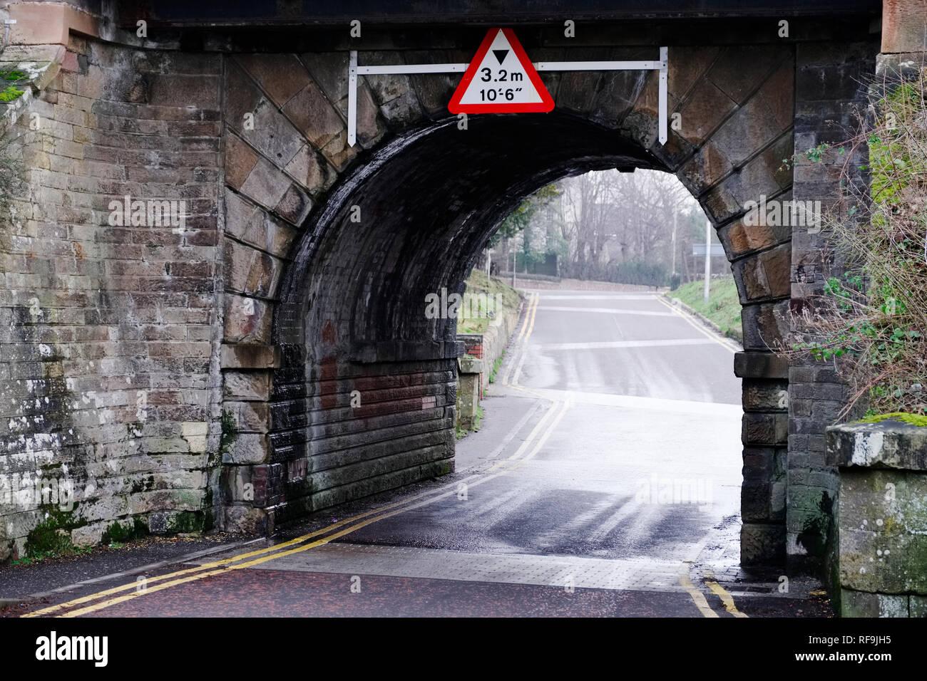 La hauteur maximale du pont vieux et signe de tête arche en pierre Photo Stock