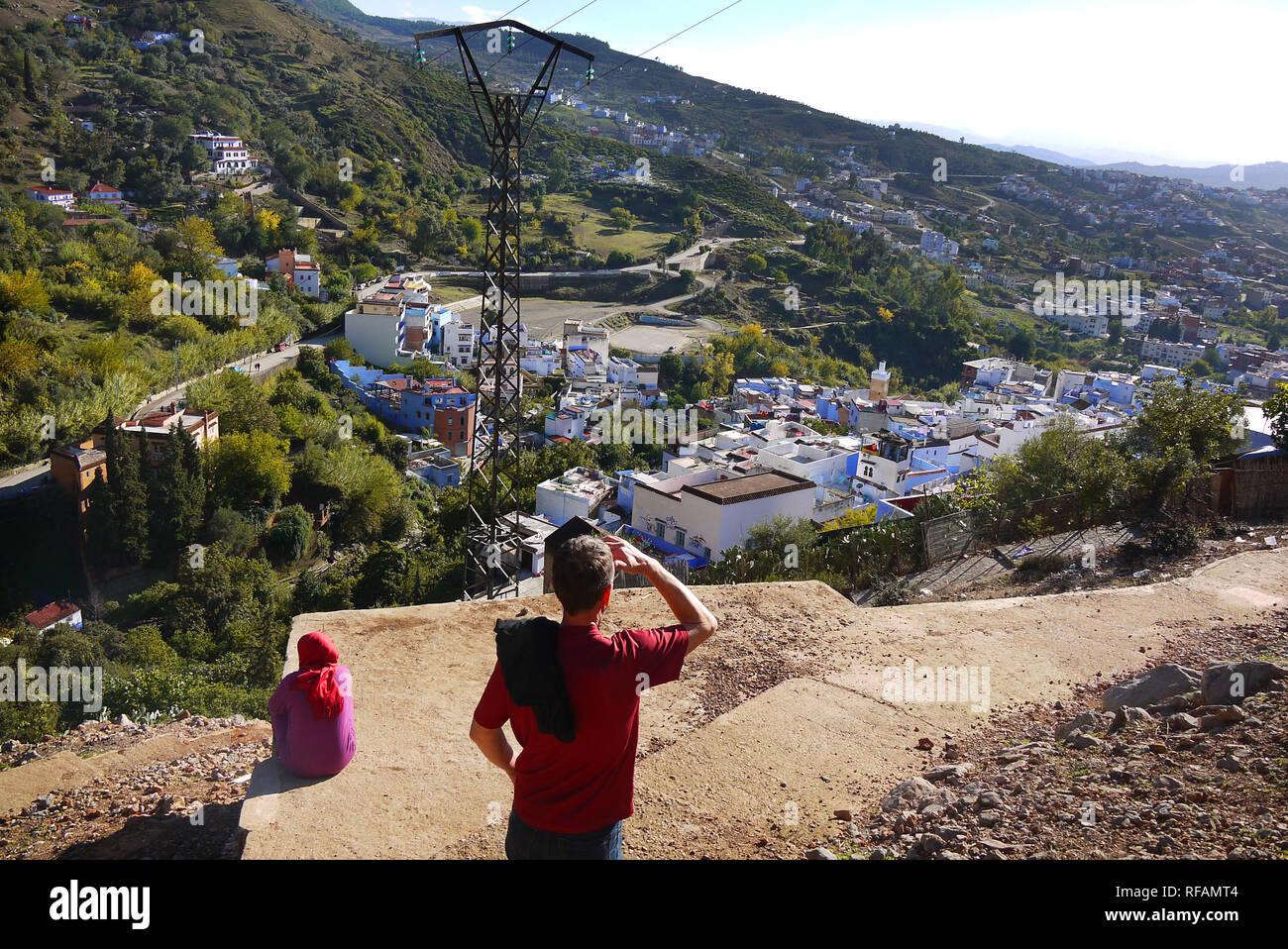 À la recherche sur Chefchaouen, Maroc's Blue City. Banque D'Images