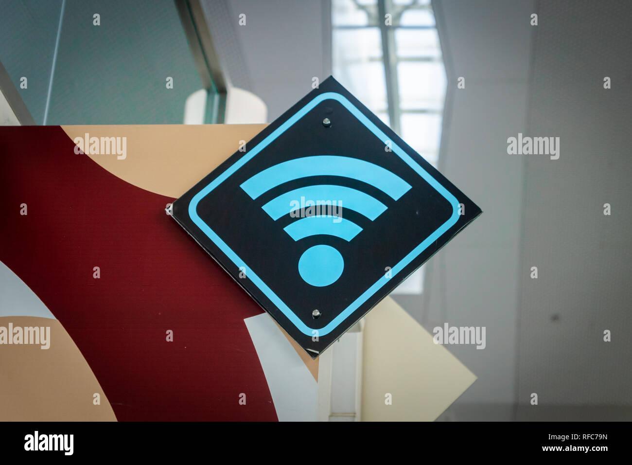 WiFi à l'Internet signe/icône pour passager ou un voyageur à l'aéroport Photo Stock