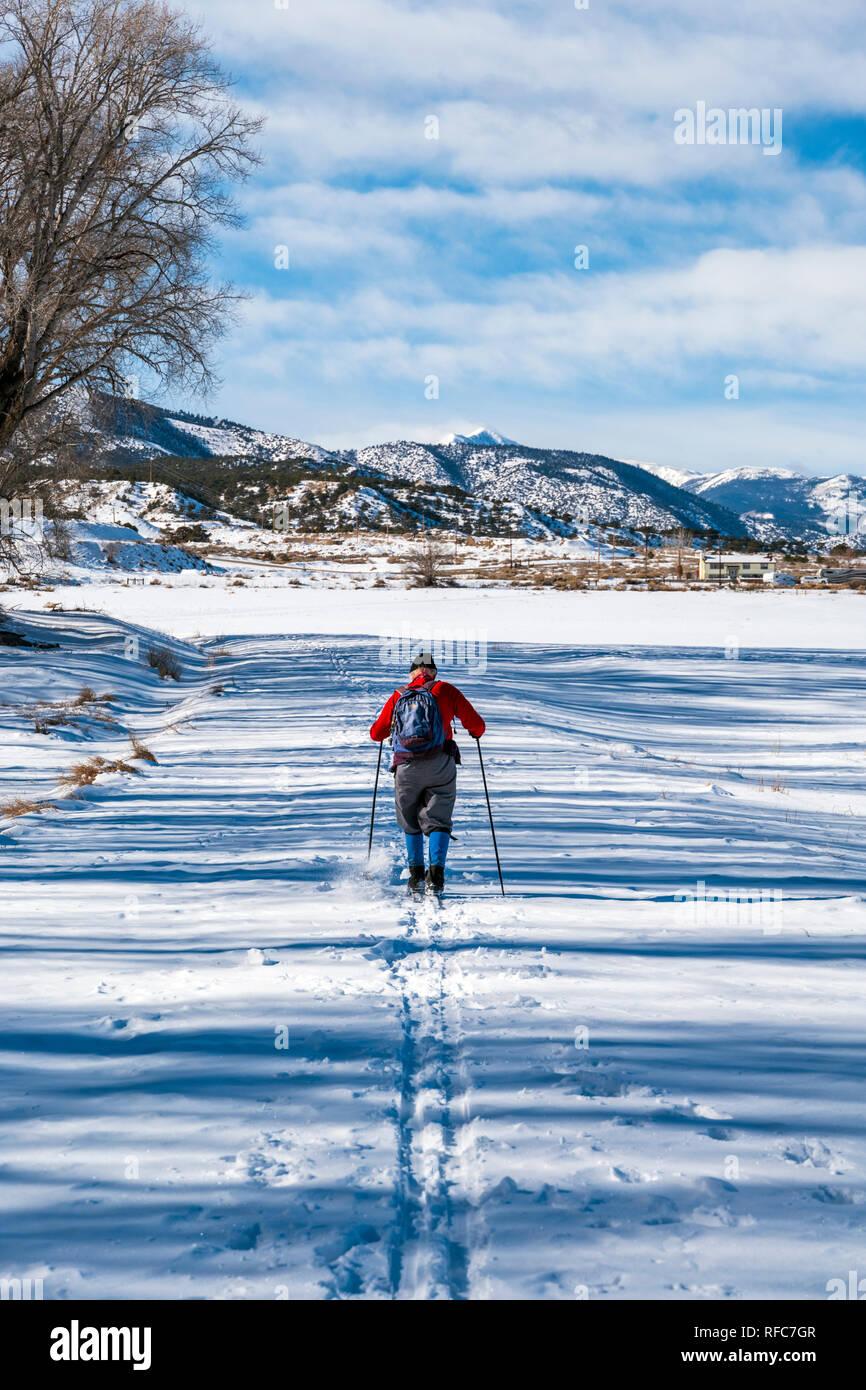 Homme ski avec au-delà des montagnes Rocheuses; Vandaveer Ranch; Salida, Colorado, USA Photo Stock