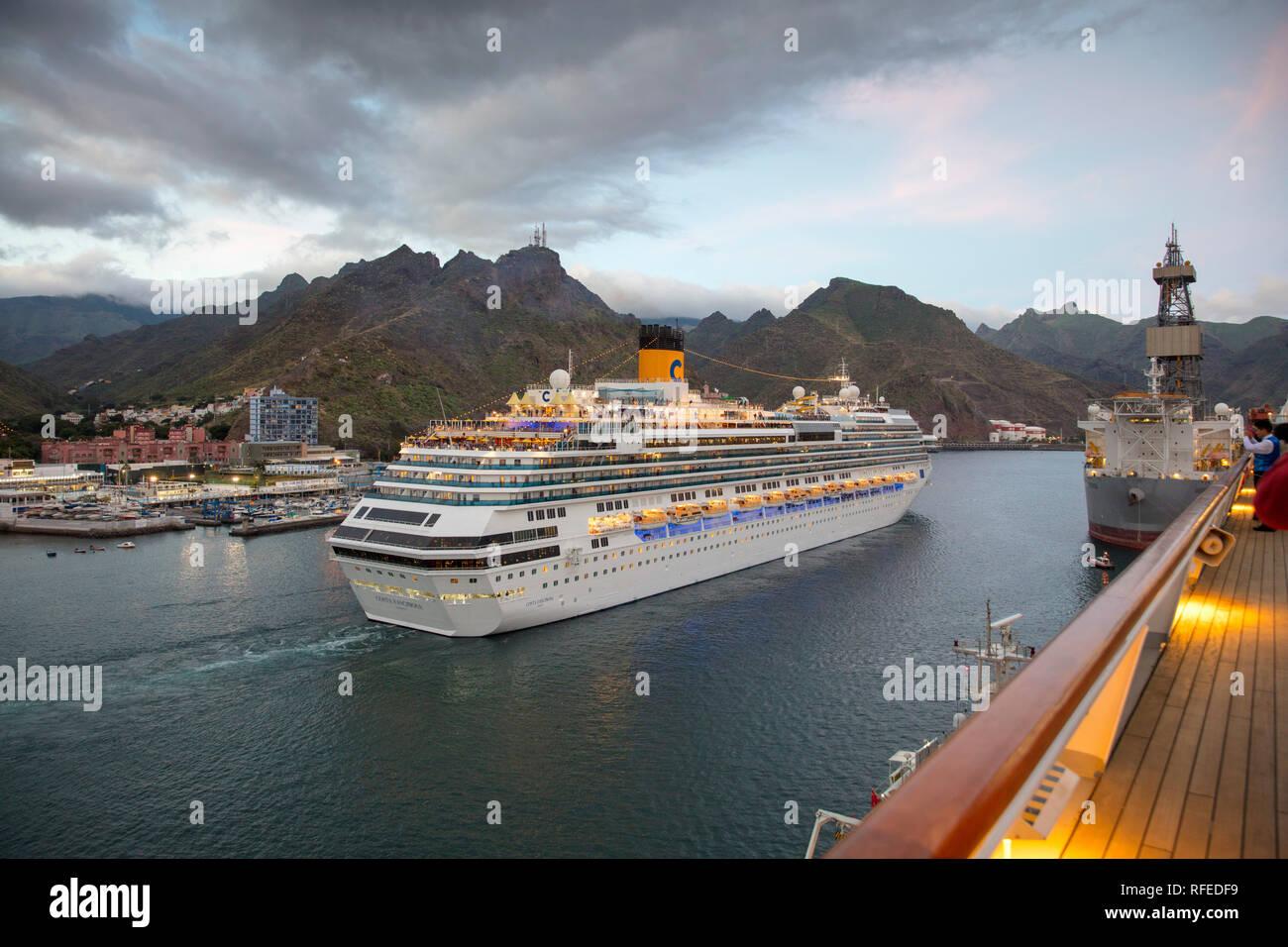 L'Espagne, Iles Canaries, Tenerife, Santa Cruz de Tenerife. Port, port. Bateau de croisière Costa Fascinosa quitte le port. Banque D'Images