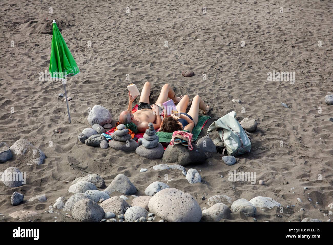 Espagne, Canaries, La Gomera. Valle Gran Rey. La plage La Playa. Couple de soleil Banque D'Images