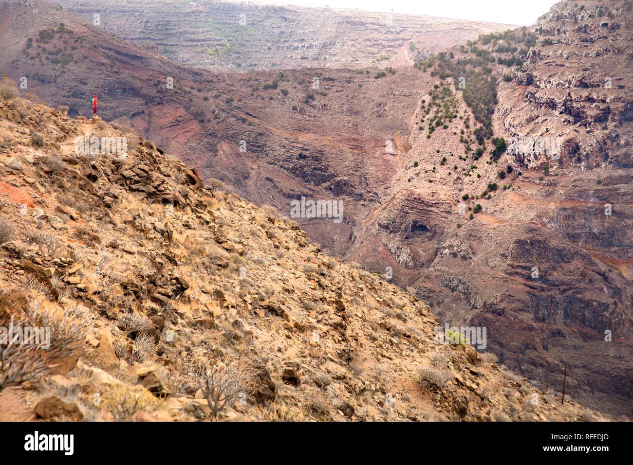 Espagne, Canaries, La Gomera. Valle Gran Rey. Randonneur en montagne. Banque D'Images