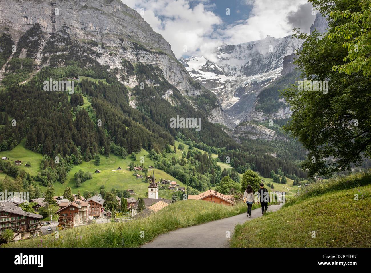 La Suisse, les Alpes, Berner Oberland, Grindelwald, printemps. Couple hiking. Banque D'Images