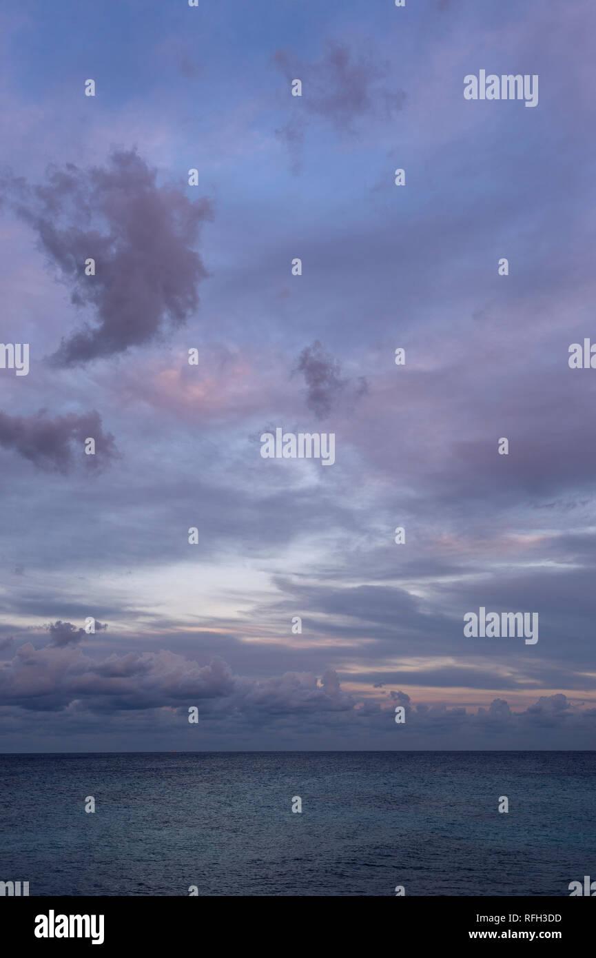 Cloudscape sur l'horizon sur la mer méditerranée. Photo Stock