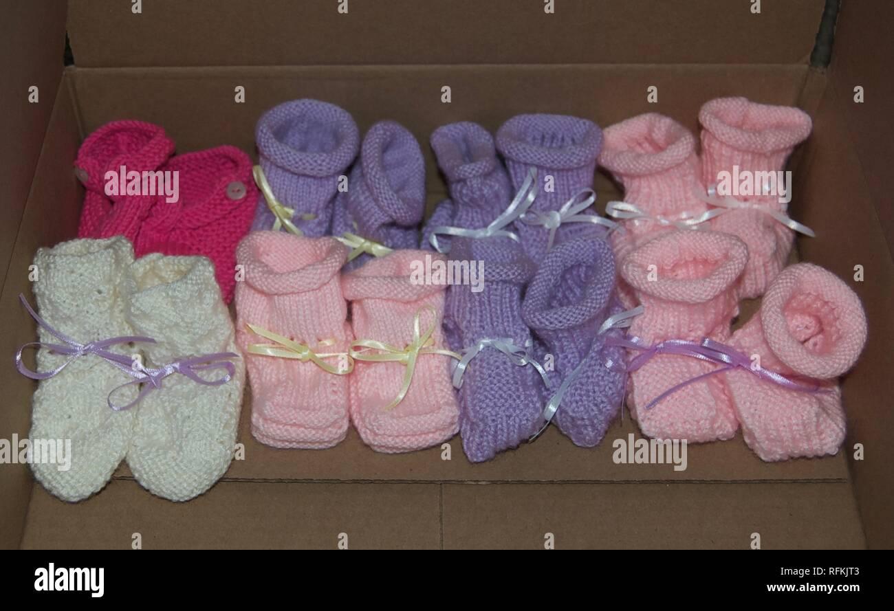 meilleure sélection 10b0f 3d267 Chaussons pour bébé fille en tricot avec des rubans alignés ...
