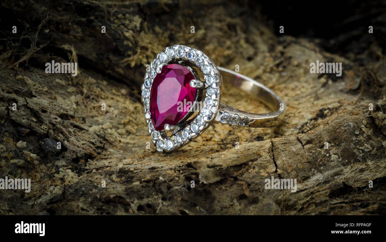 L'étincelant femmes Fashion Ruby Ring Banque D'Images