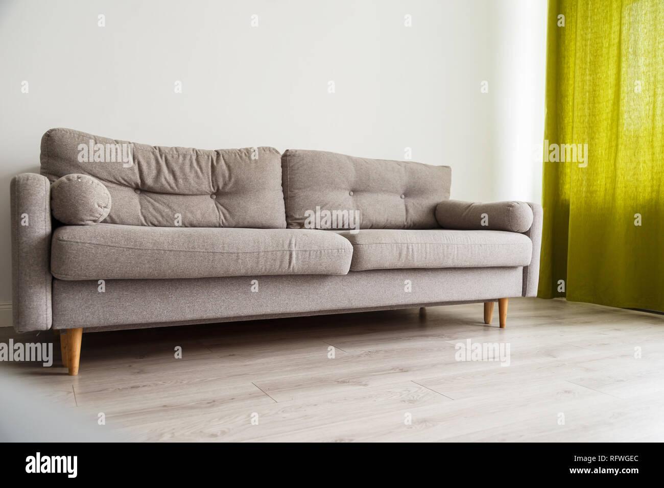 Canape Gris Monochromatique En Salon Avec Rideaux Verts