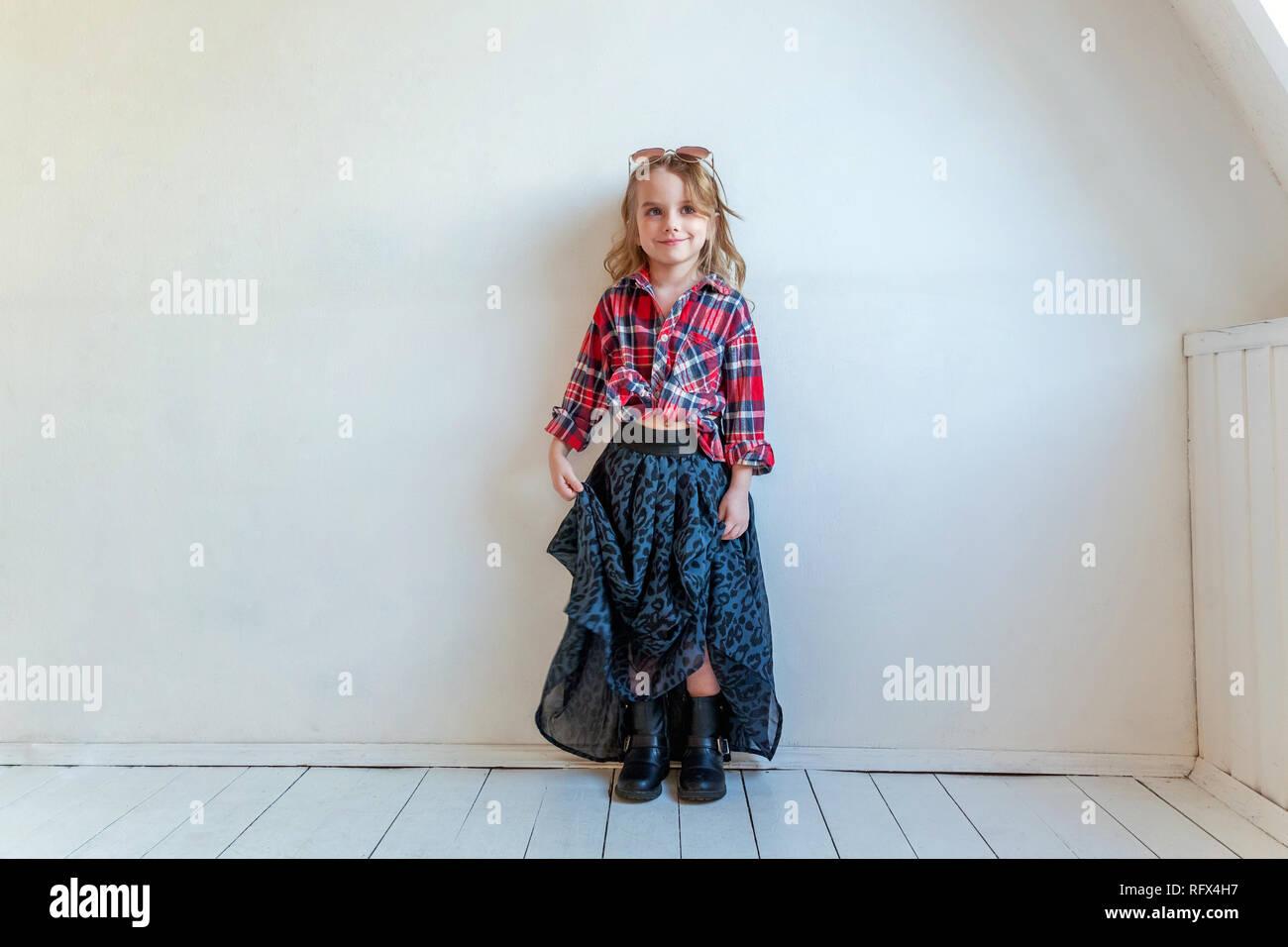 eb09075c753ae Sweet happy fashion adorable petite fille habillée comme hippie hippie  gypsy cowboy dans lunettes standing against