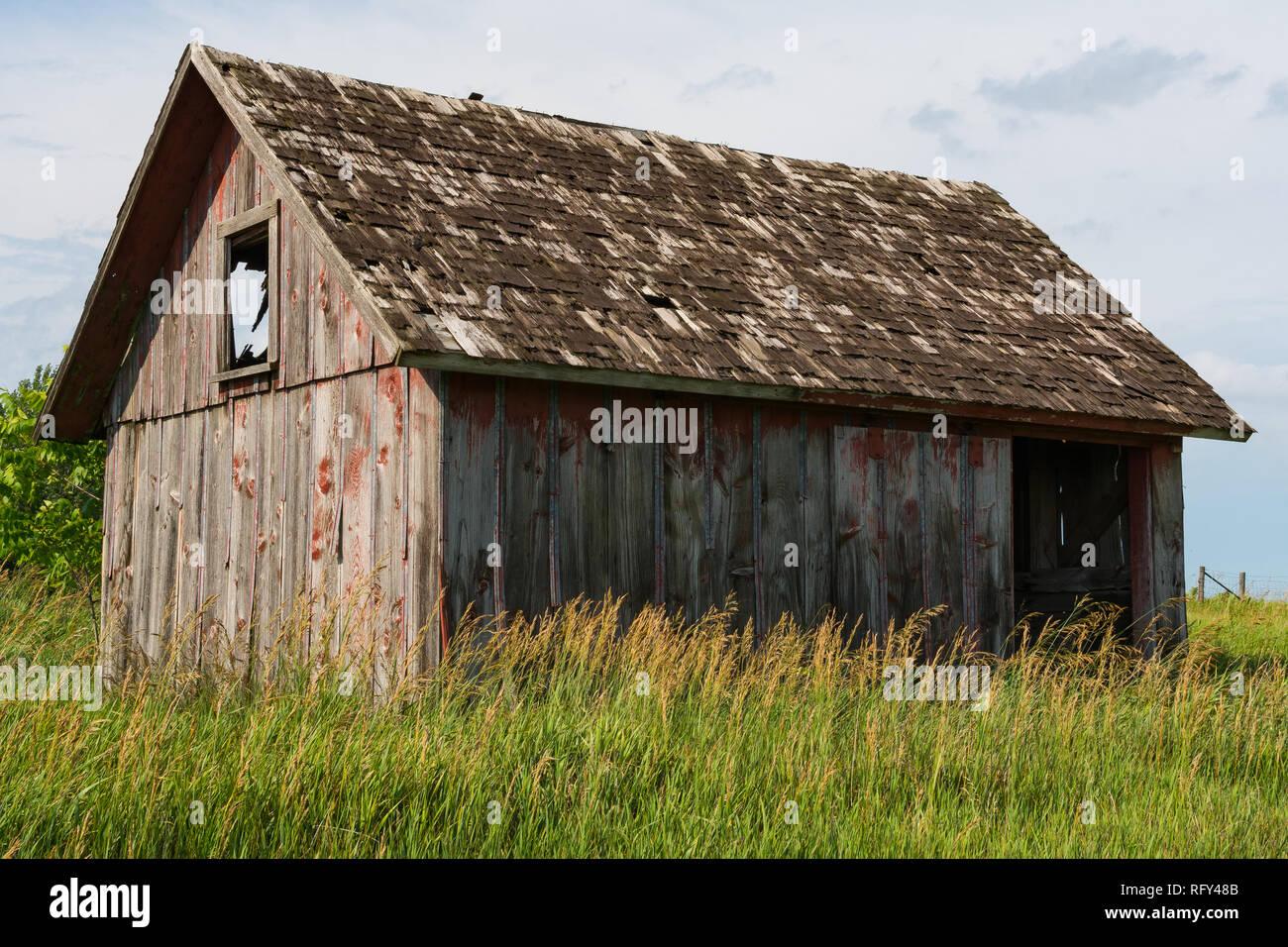 Petite grange en bois patiné comme la pluie passe et le soleil vient