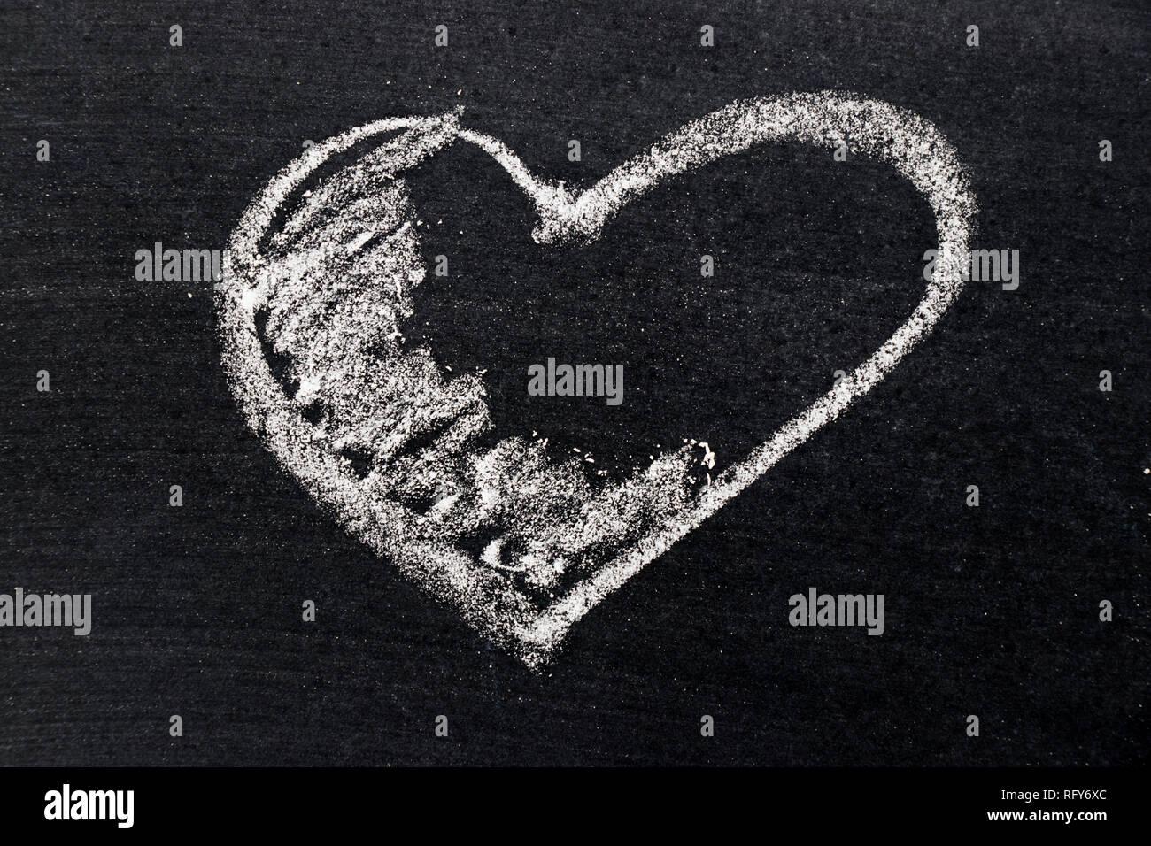 Dessin à La Craie Blanche En Forme De Coeur Noir Sur Fond D