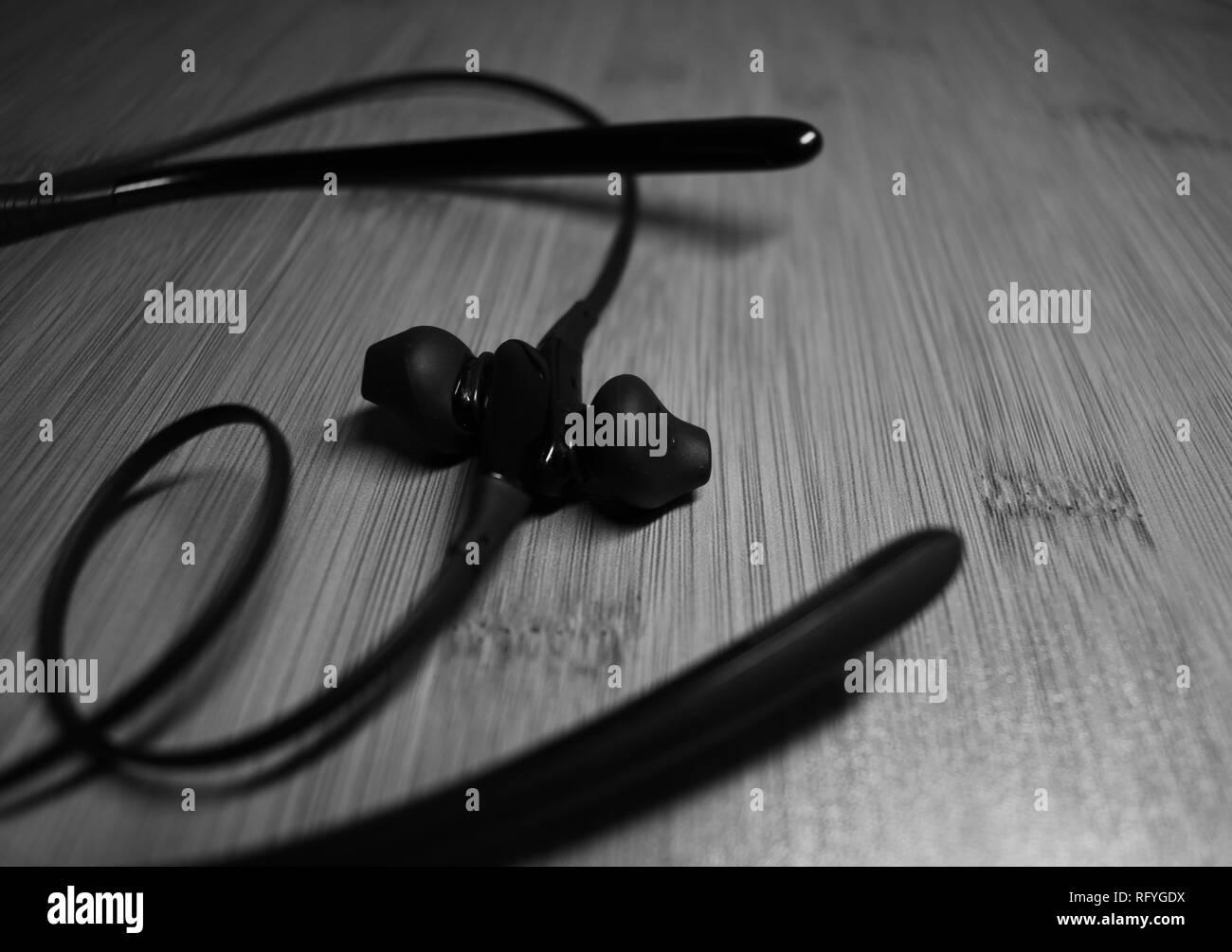 Une paire d'écouteurs Bluetooth. En noir & blanc Banque D'Images