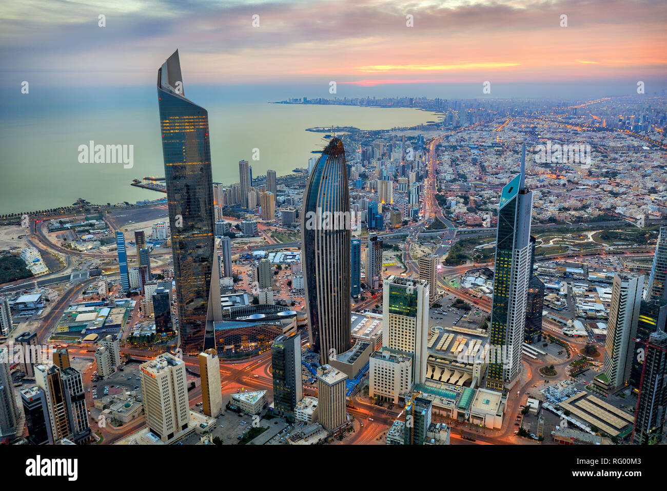 koweit-city-tour-rougeoyante-skyline-at-night-prises-au-koweit-en-decembre-2018-prises-en-hdr-rg00m3