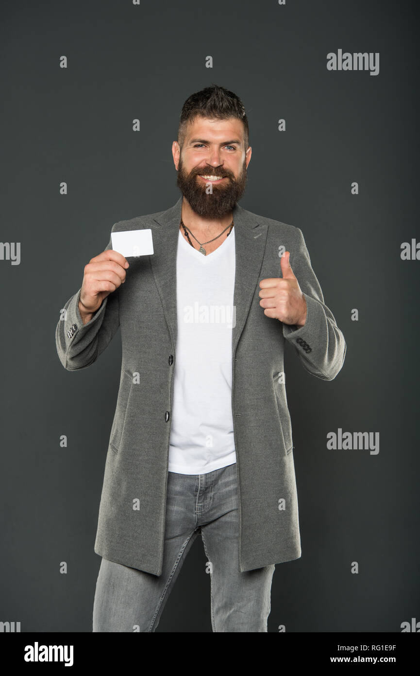 Confident businessman in suit. L\u0027homme brutal avec barbe