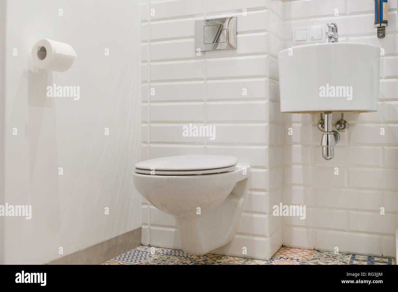 Salle De Bains Contemporaine Blanche Combinée Avec Toilete. Round