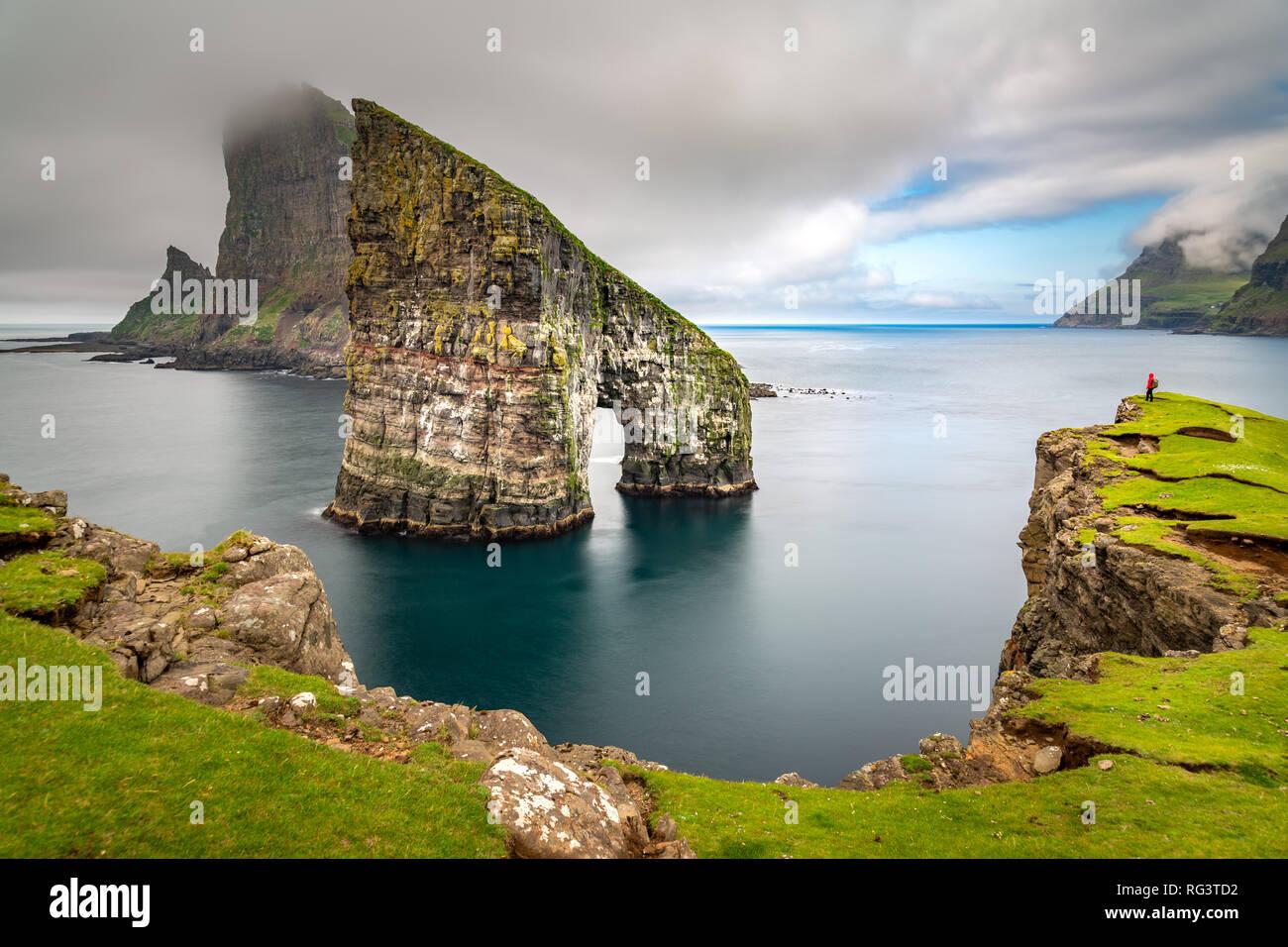 Drangarnir les piles de la mer, îles Féroé, paysage. L'Europe sauvage Photo Stock