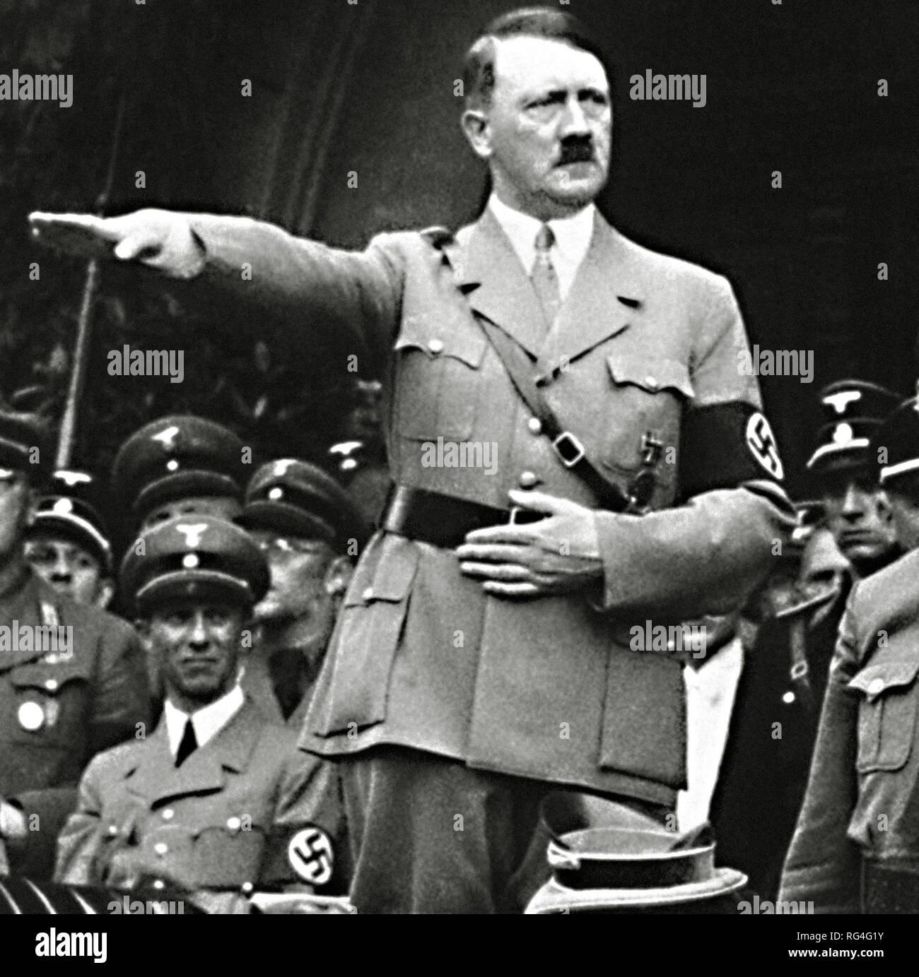 Adolf Hitler dans son infâme salute poser. À partir de l'image numérisée dans les archives de presse - Service Portrait Portrait Presse (anciennement Bureau). Photo Stock