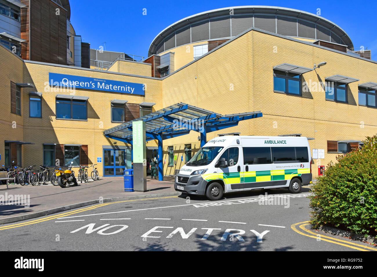 L'extérieur de l'hôpital maternité bâtiment pfi Queens healthcare ward entrée avec G4S de transport en ambulance véhicule Romford East London England UK Photo Stock