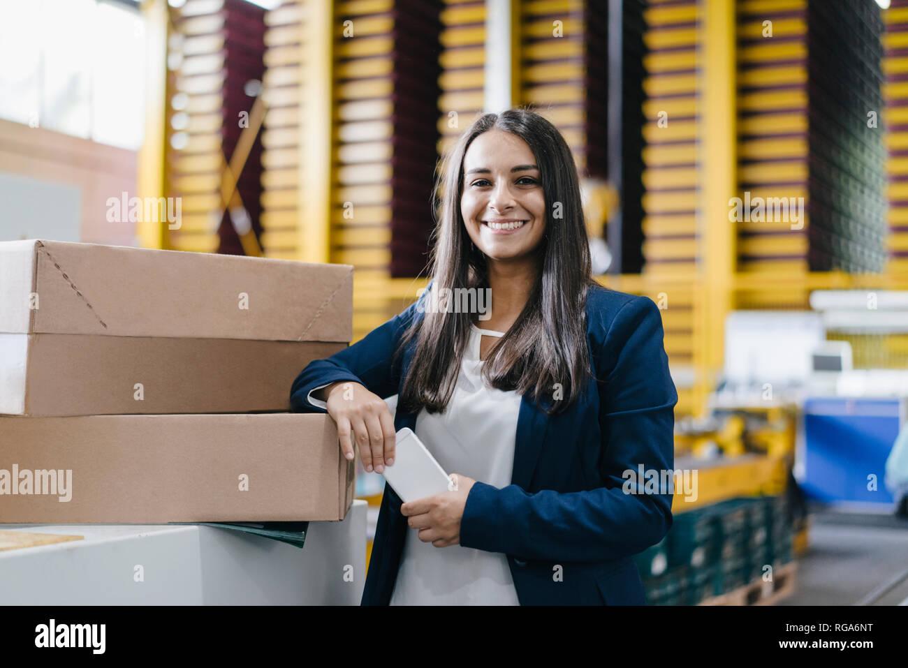 Jeune femme travaillant dans l'entrepôt de distribution Photo Stock