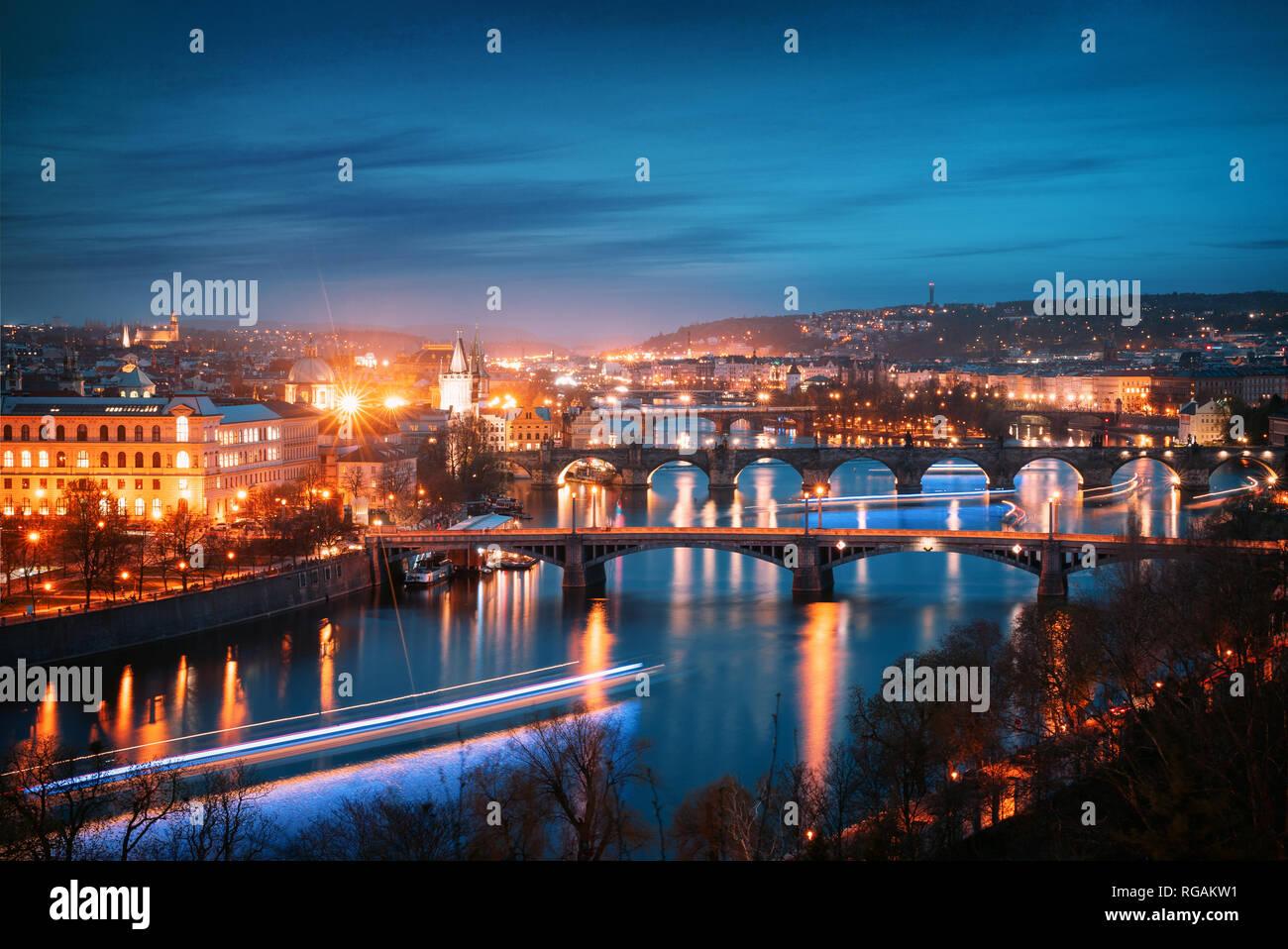 Prague cityscape at night. Vue aérienne du pont sur la Vltava Photo Stock