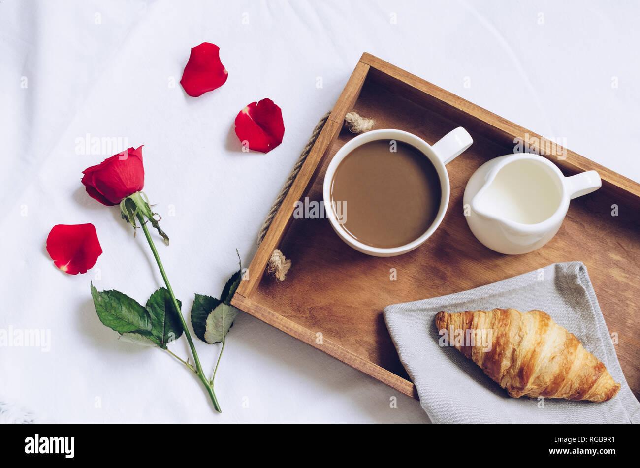 saint valentin romantique petit d jeuner au lit plateau. Black Bedroom Furniture Sets. Home Design Ideas