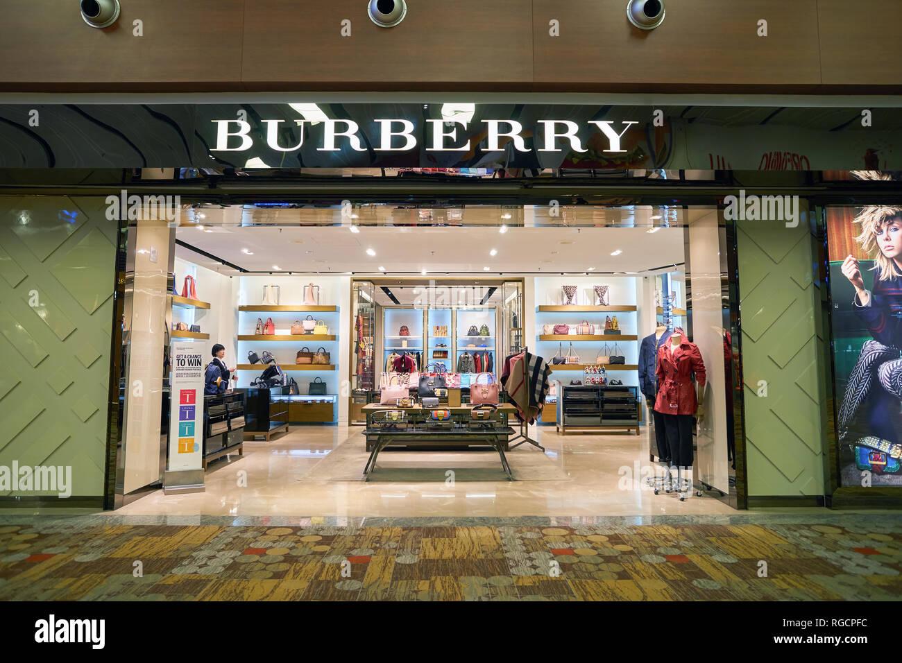 d6199ffde8 Singapour - circa 2016 SEPTEMBRE : Burberry magasin à l'aéroport de  Singapour Changi.