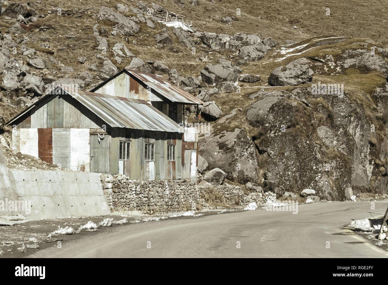Vue de camp militaire sur une route à côté de la route de col Nathula Inde Chine frontière près de Nathu La col de montagne dans l'Himalaya indien qui relie Banque D'Images