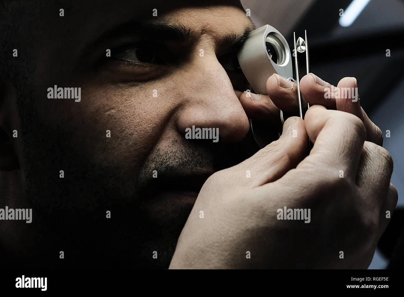 Ramat Gan, Israël. 29 janvier, 2019. Quatre centaines d'acheteurs de plus de 20 pays et de la fabrication de diamants israéliens rejoindre des sociétés de commerce international des diamants sur semaine que quelque 1 500 personnes sont attendues au commerce plus de 1 milliards de dollars de diamants polis cette semaine. L'Israel Diamond Exchange est considérée comme la plus sûre au monde, couvrant une superficie de 100 000 mètres carrés avec 3 500 membres de la bourse. Credit: Alon Nir/Alamy Live News Photo Stock