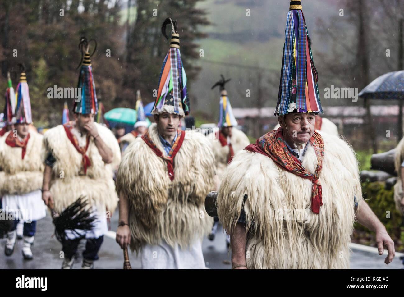 Zubieta, Navarra, Espagne. 29 janvier, 2019. Les participants du carnaval de Zubieta traditionnel habillé en ''joaldunaks'' marche dans les rues du village. Credit: Celestino Arce Lavin/ZUMA/Alamy Fil Live News Photo Stock