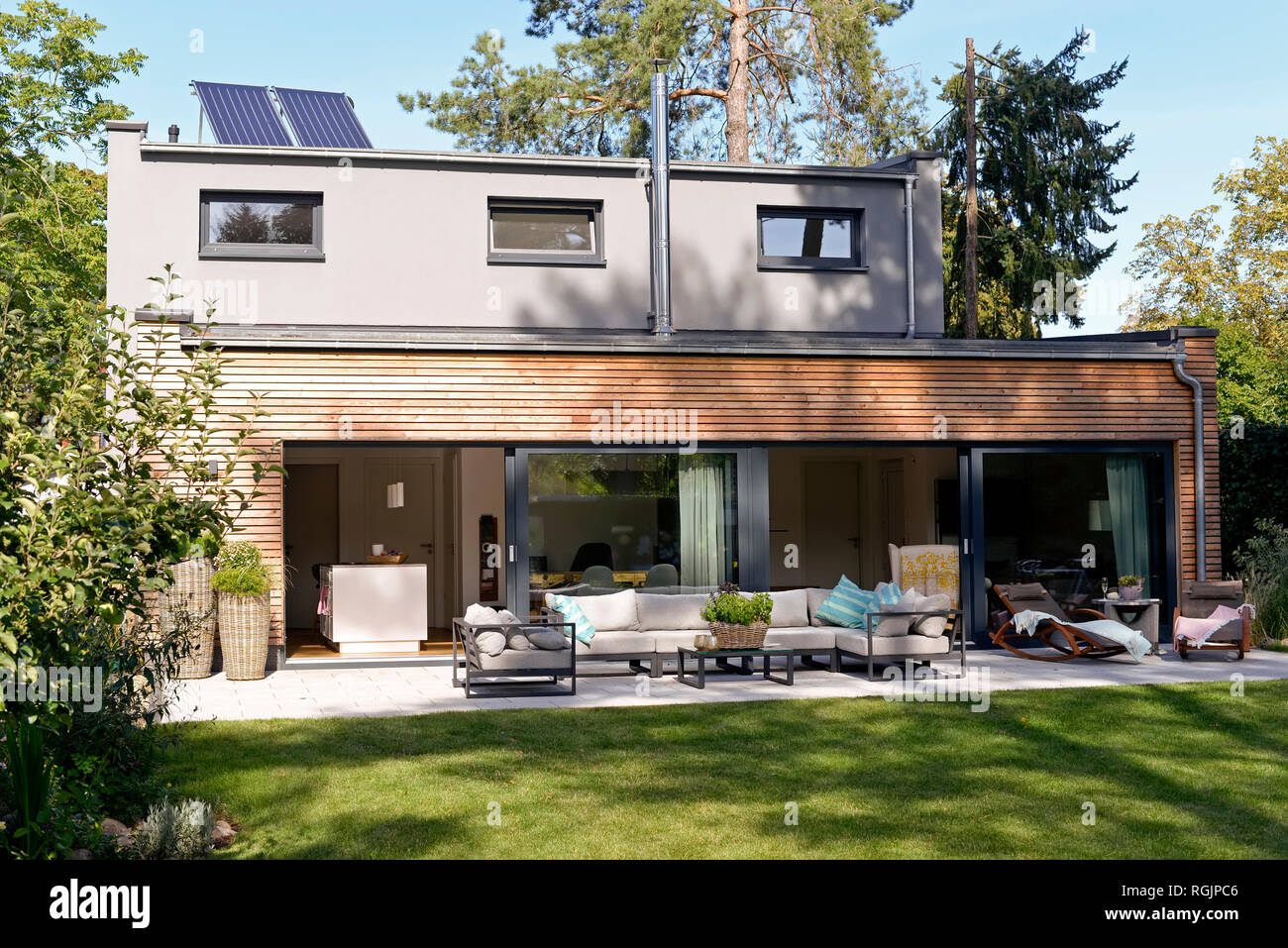 Maison moderne avec terrasse et jardin Banque D\'Images ...