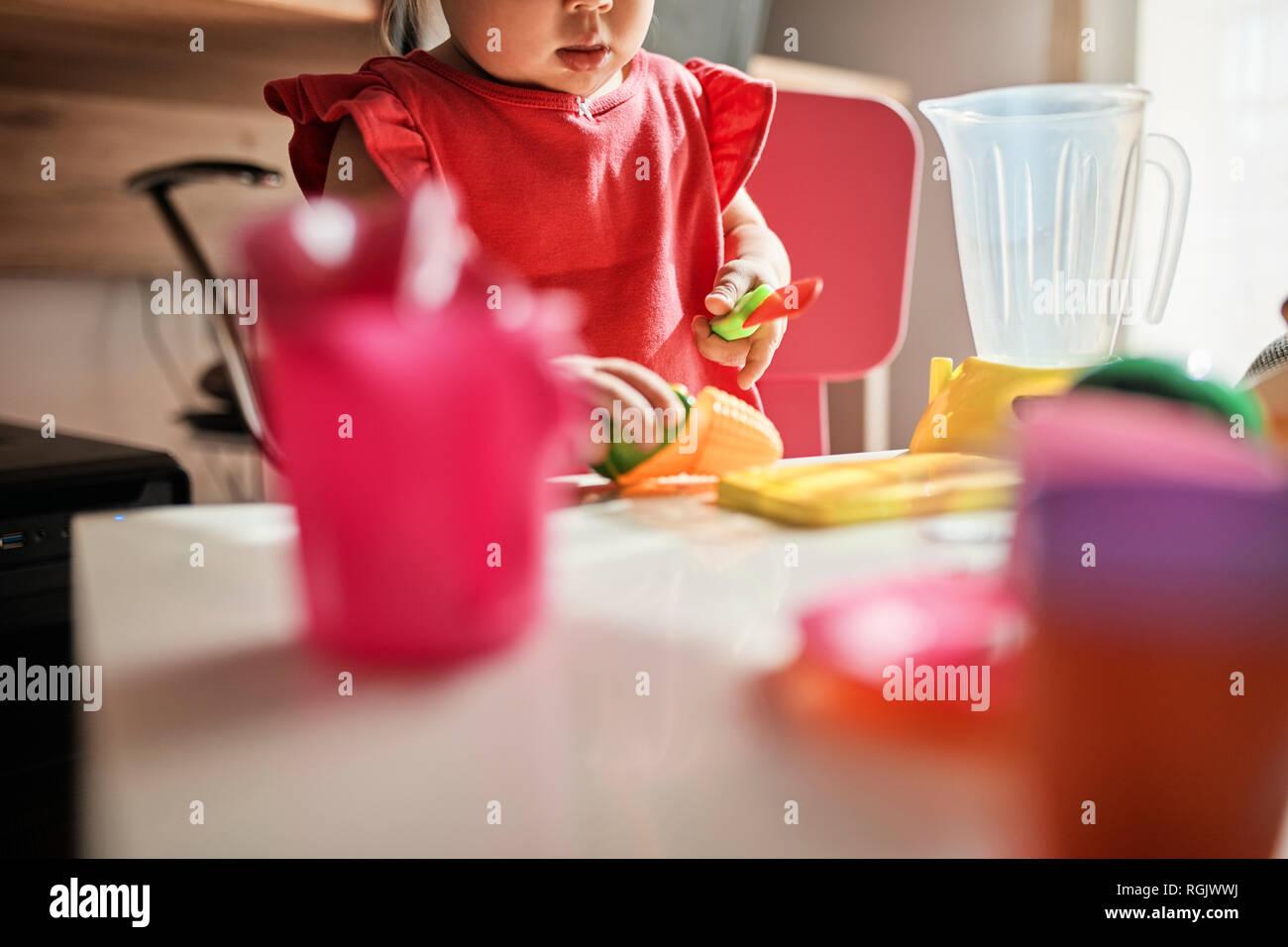 Petite fille jouant à la maison, vue partielle Banque D'Images
