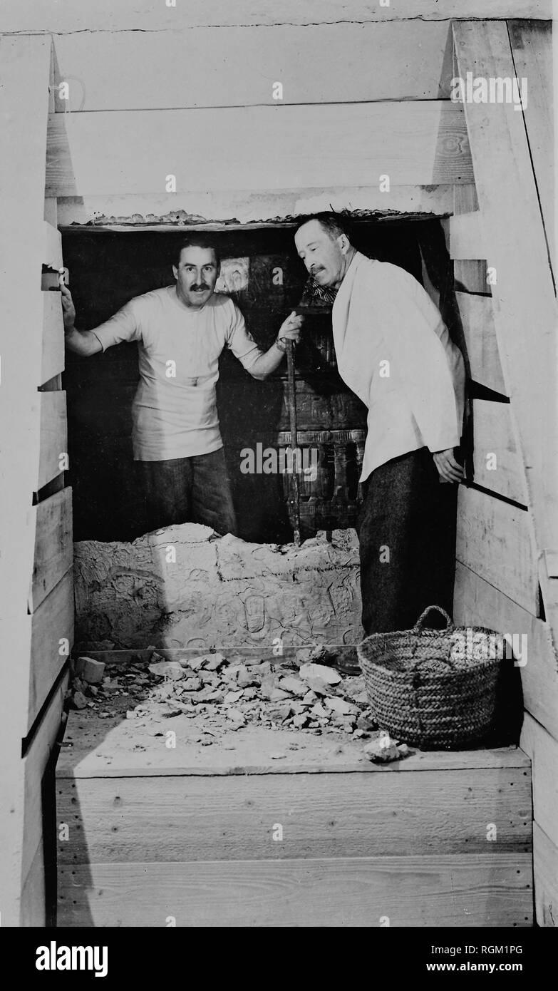Howard Carter qui a découvert la tombe de Toutankhamon dans la Vallée des Rois avec Arthur Callender. À partir de l'image numérisée dans les archives de presse - Service Portrait Portrait Presse (anciennement Bureau). Photo Stock