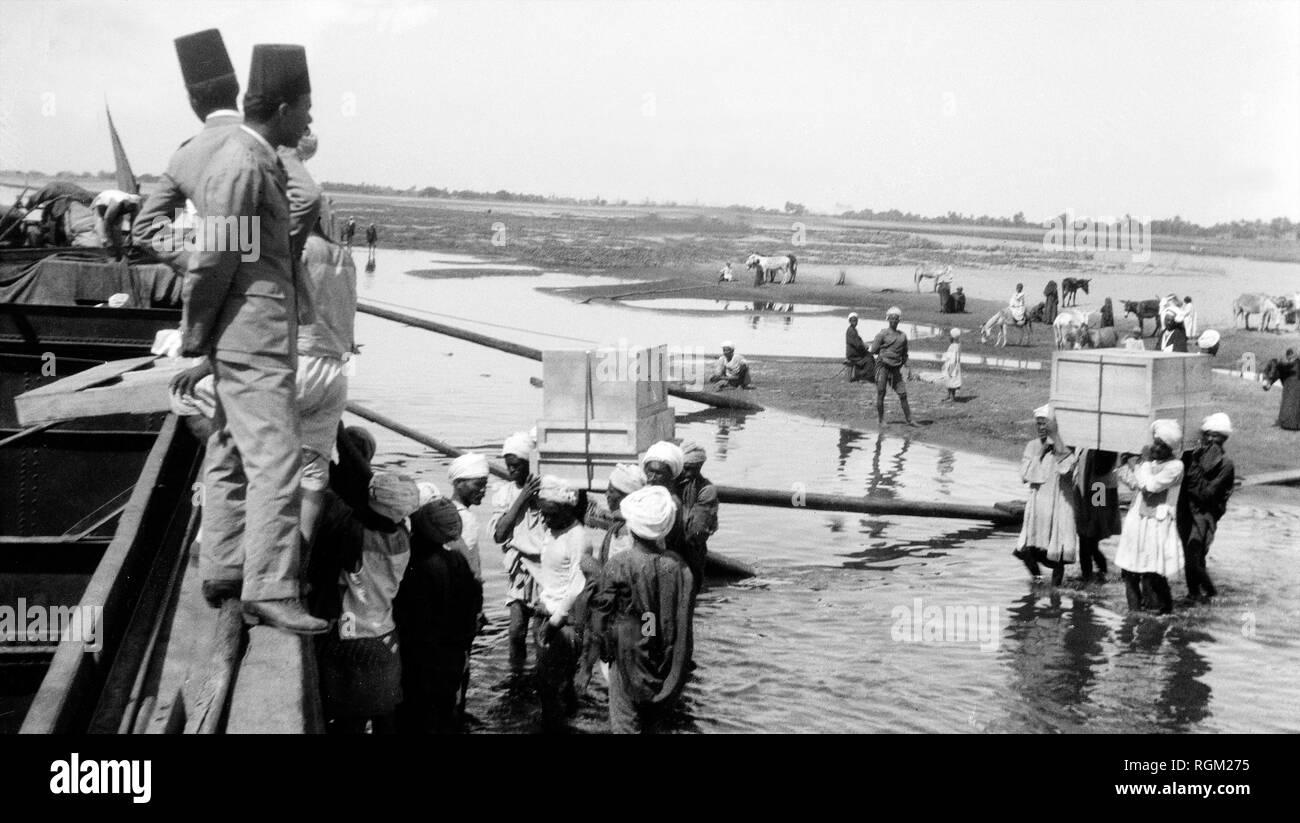 L'Égypte. Novembre 1922. Trésors de la tombe de Toutankhamon traverser le Nil à Louxor. À partir de l'image numérisée dans les archives de presse - Service Portrait Portrait Presse (anciennement Bureau). Photo Stock