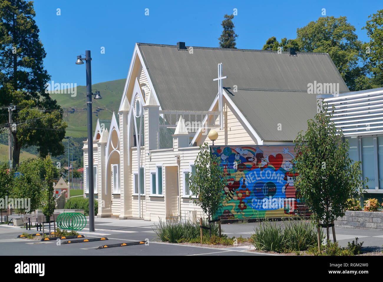 Murale colorée accueille les visiteurs à l'Église, Paeroa Co-Operating Paeroa, Waikato, Nouvelle-Zélande Photo Stock