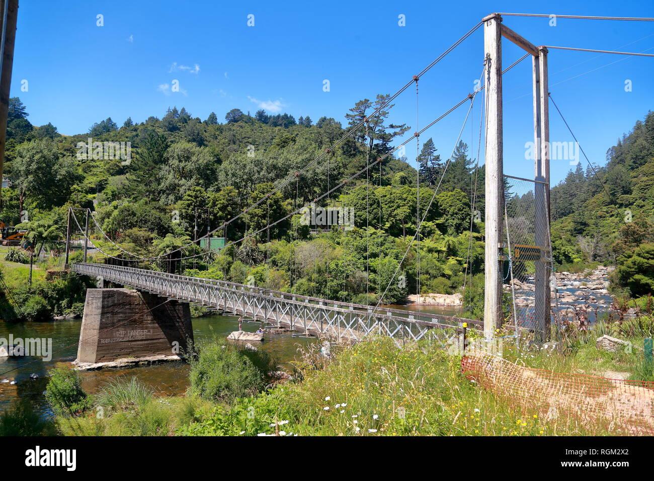 Un pont suspendu au-dessus de la gorge entre Karangahake et Waikino Paeroa, île du Nord Nouvelle-zélande Photo Stock
