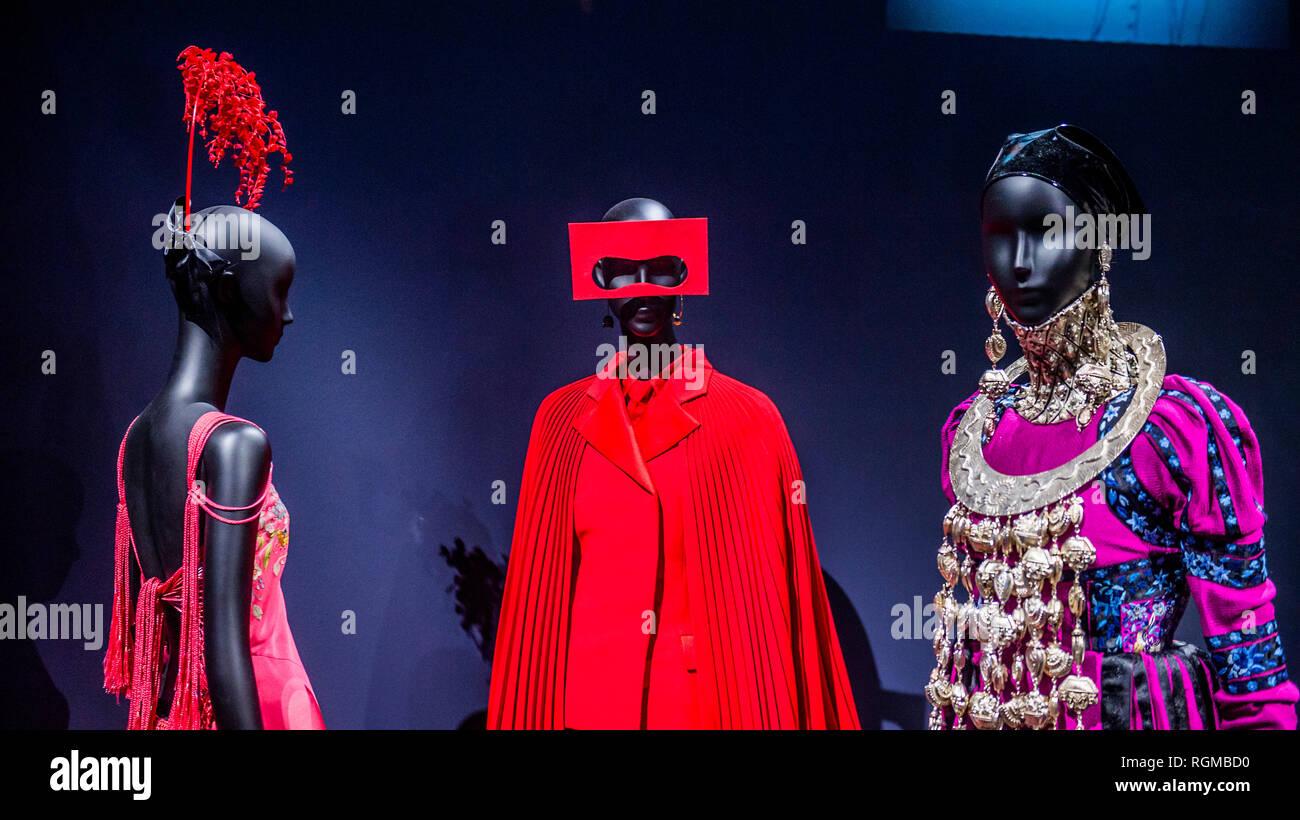 Londres, Royaume-Uni. 30 janvier, 2019. Équipements conçus par Galliano pour Dior dans les voyages de luxe - Christian Dior: Créateur de rêves - l'exposition la plus importante et la plus complète jamais organisée au Royaume-Uni sur la maison Dior. De 1947 à aujourd'hui, il retrace l'histoire et l'impact de l'un des plus influents du xxe siècle couturiers et les six directeurs artistiques qui lui ont succédé. Crédit: Guy Bell/Alamy Live News Photo Stock