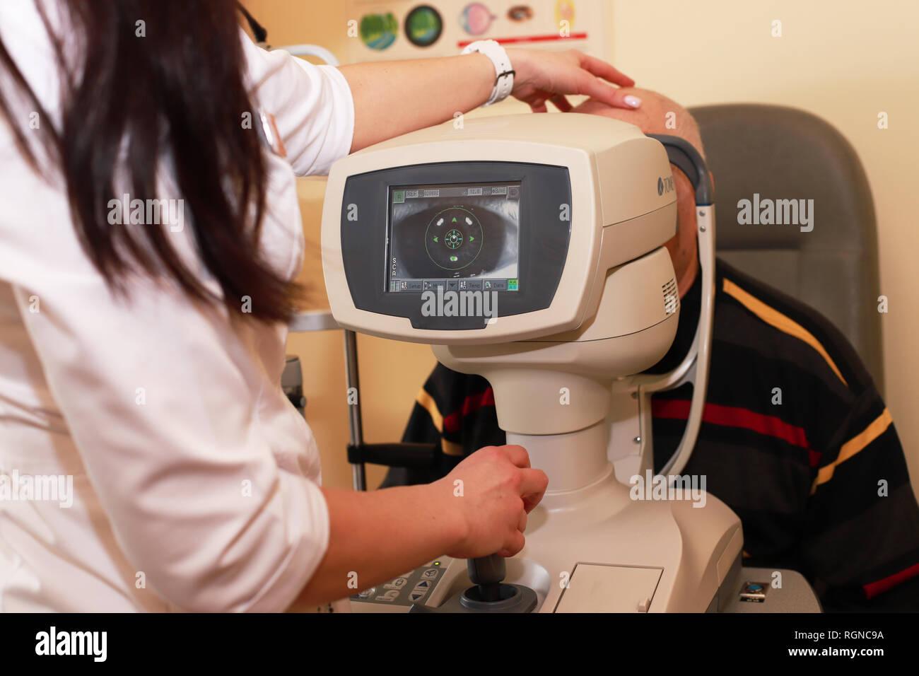 Femme médecin ophtalmologiste pour vérifier la qualité de la vision de l'œil. Concept de diagnostic et de traitement de la myopie, l'hypermétropie. femme faisant de la vue de l'opticien Banque D'Images