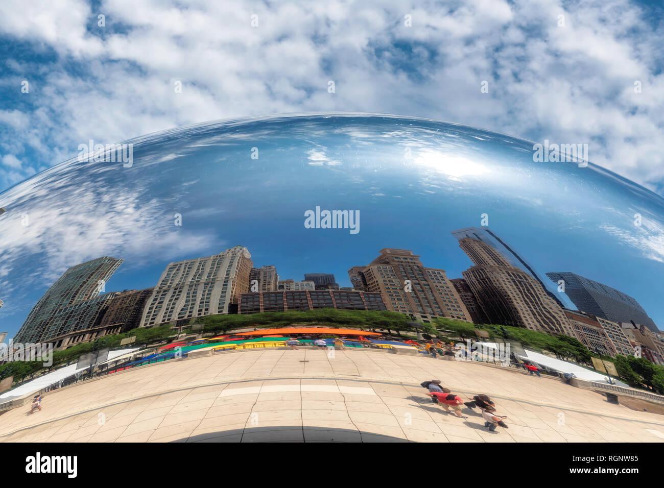 Réflexion d'un des bâtiments de Chicago dans un miroir de Chicago Bean, le Millennium Park, Chicago Photo Stock