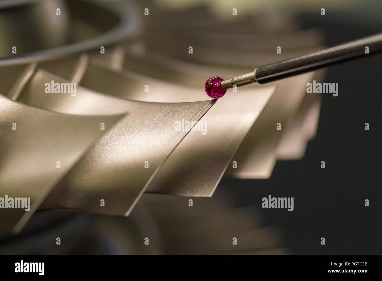 Inspecter les pièces métalliques dimension par la DCGM après usinage dans une usine industrielle Banque D'Images