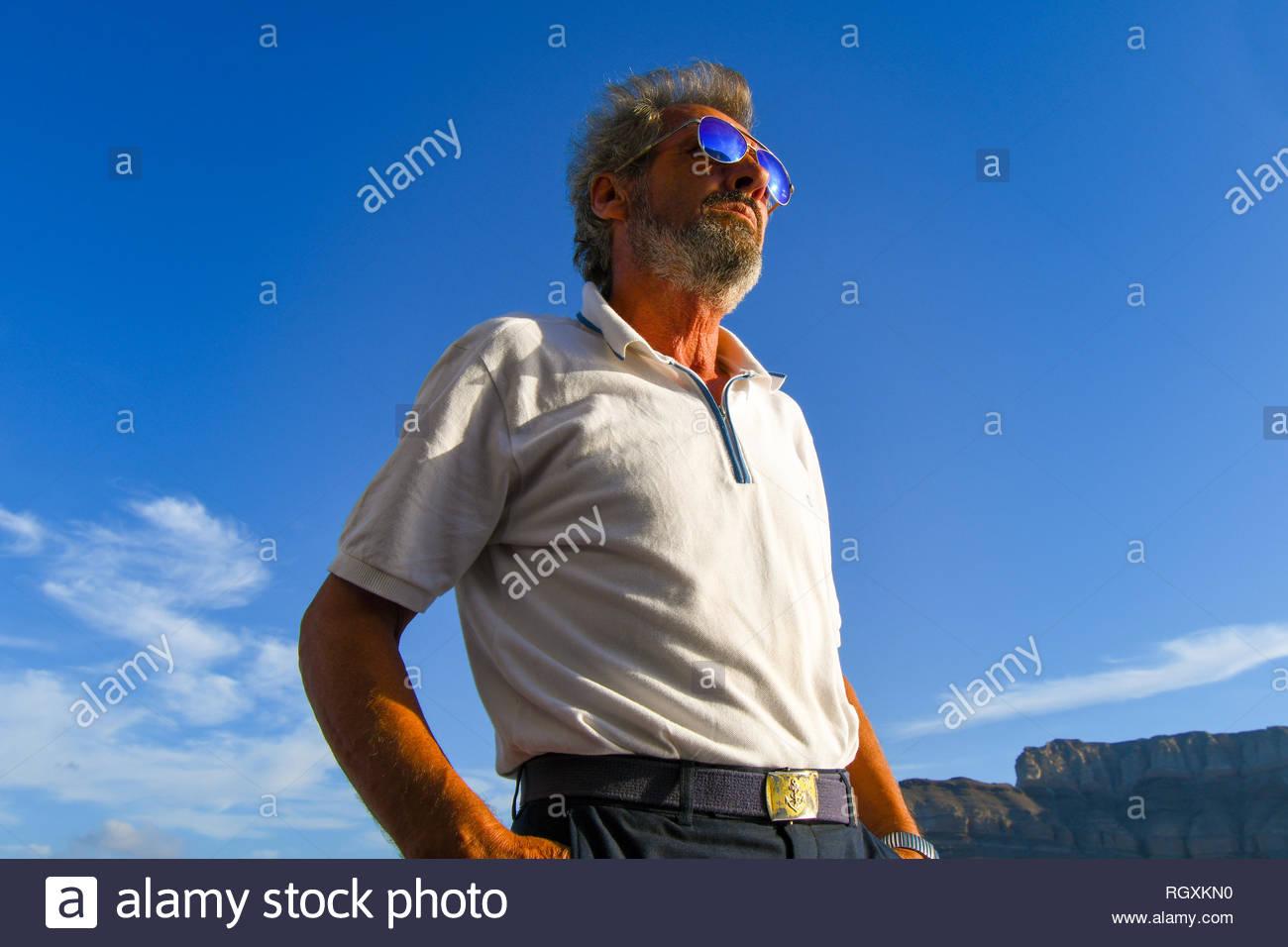 Un distingué à l homme grec, avec une barbe et des lunettes de soleil 617ca847cf98