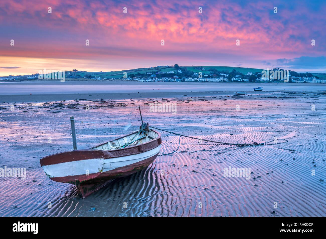 Appledore, Devon, UK. Jan 31, 2019. Météo britannique. Après une nuit très froide mais sèche dans le Nord du Devon, à l'aube d'un ciel rouge peintures brièvement à l'estuaire de la rivière Torridge dans Appledore belles roses et bleus. Credit: Terry Mathews/Alamy Live News Photo Stock